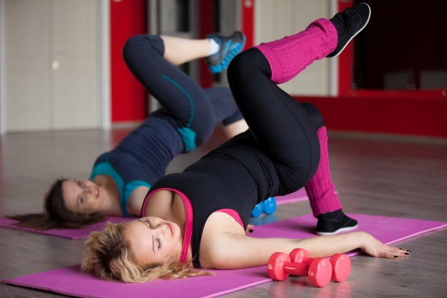 woman-lying-on-her-back-with-one-leg-lifted_1163-139